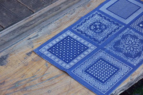 幾何学模様を組み合わせたおしゃれなコットンマット ブルー/レッド 【45×75cm】