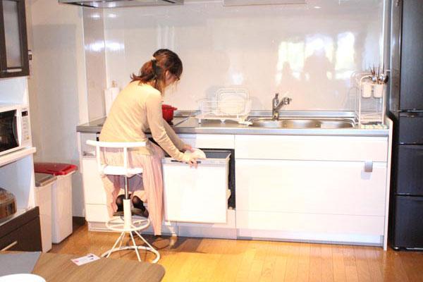 台所作業にもおすすめ。コンパクトカウンターチェア