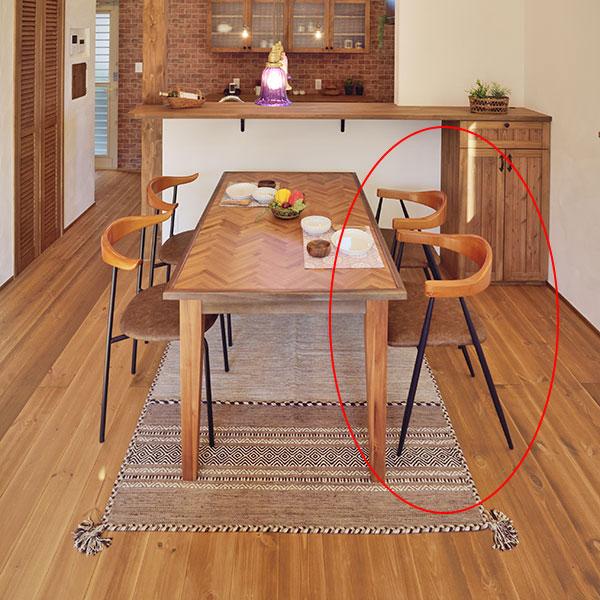 ウッドアームとアイアンの脚の組み合わせが魅力のデザインチェア